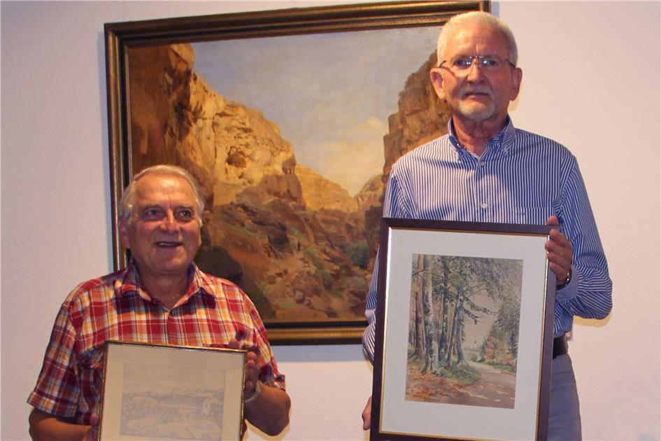 Richard Weinzierl (rechts) zeigt ein Bild seiner Heimat, Paul Müller (links) eine Zeichnung der Eichberger Papierfabrik in Schlesien.